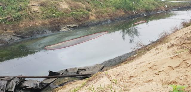 Đường ống dài hàng trăm mét (khoanh đỏ) xả chất thải ra biển. Ảnh: Sơn Nguyễn
