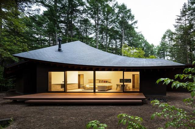Theo Archdaily, biệt thự rộng 225 m2, nằm trong khu nghỉ mát Karuizawa, thuộc tỉnh Nagano. Công trình hoàn thành vào năm 2018.