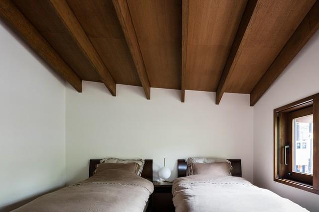 Phong cách kiến trúc tối giản của người Nhật được áp dụng khá triệt để. Trừ mái nhà cách điệu, công trình tiết chế tối đa các đường nét trang trí cầu kỳ hay những món đồ không thực sự cần thiết.