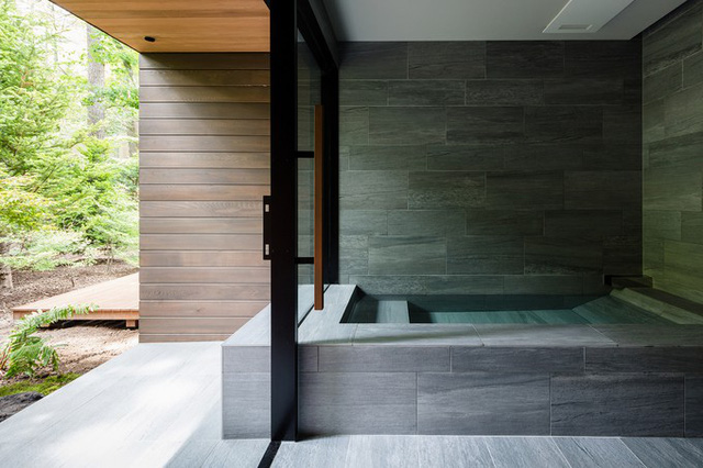 Ngược lại, khu vực phòng ngủ và phòng tắm lại được xếp xoay về hướng Tây, nơi ánh sáng dịu nhẹ và có rừng cây rậm rạp, để đảm bảo cho sự riêng tư cần thiết.