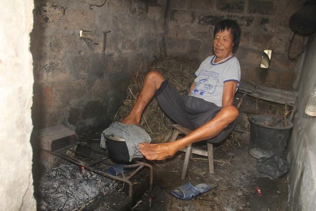 Với đôi chân của mình, bà Quế làm đủ mọi công việc. Ảnh: Huyền Chi