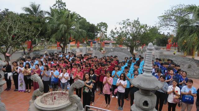 Đoàn học sinh và thầy cô giáo dâng hương tại đền Trạng Trình Nguyễn Bỉnh Khiêm