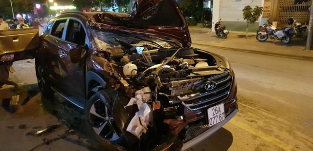 Đầu xe của cán bộ CSGT huyện Mai Sơn bị vỡ tung.