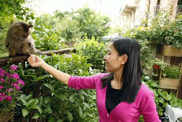 Cô gái Sarah vô cùng tâm huyết với khu vườn cho riêng mình.