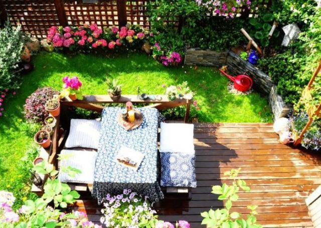Khu vườn đẹp bình yên khi nắng chiếu xuống.