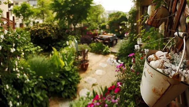 Góc vườn đẹp như mơ từ những vật dụng trang trí nhỏ xinh.