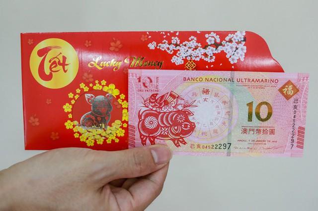 Tờ tiền 10 Patacas của Macao trị giá 100.000 đồng.  Để phục vụ nhu cầu của khách, giới kinh doanh sưu tầm hai loại, gồm tiền thật do Ngân hàng Macao phát hành, và tiền lưu niệm do các công ty tại Trung Quốc in ấn có giá rẻ gấp đôi.