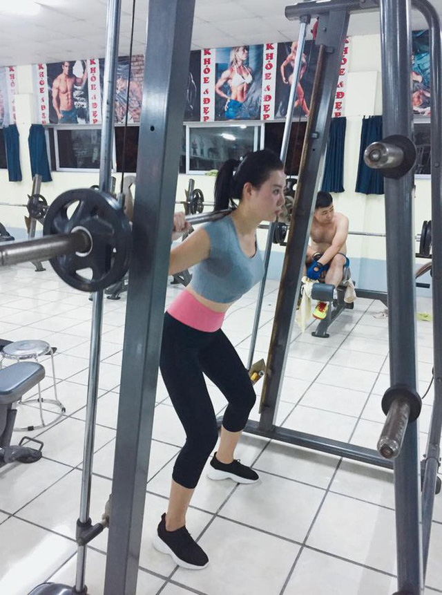 Trước khi đóng các cảnh quay, người đẹp cũng có tham gia tập gym với mục đích giúp người săn chắc hơn.