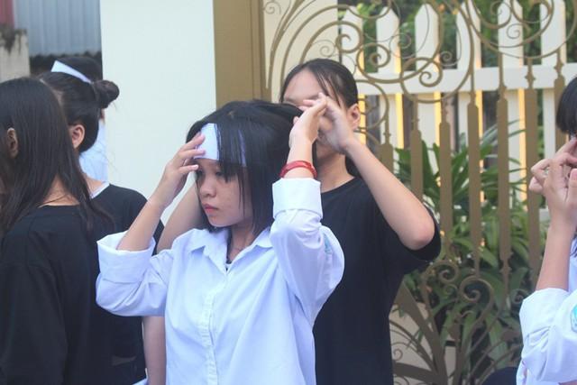 Nhói lòng hình ảnh mẹ nữ sinh lớp 10 ở Hải Dương ôm chặt di cốt con gái trong lễ tang - Ảnh 14.