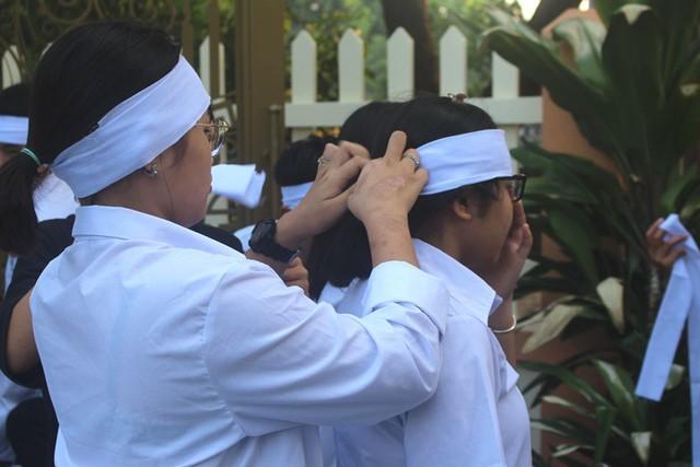 Nhói lòng hình ảnh mẹ nữ sinh lớp 10 ở Hải Dương ôm chặt di cốt con gái trong lễ tang - Ảnh 16.