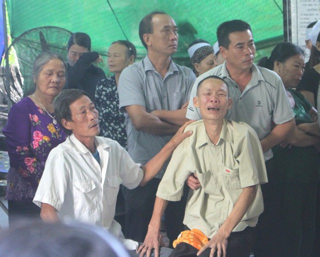Nhói lòng hình ảnh mẹ nữ sinh lớp 10 ở Hải Dương ôm chặt di cốt con gái trong lễ tang - Ảnh 21.