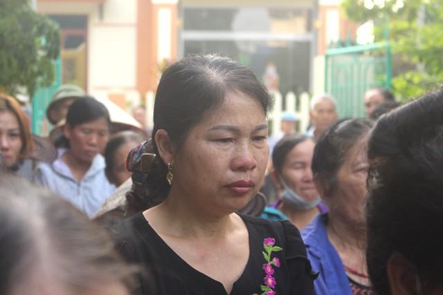 Nhói lòng hình ảnh mẹ nữ sinh lớp 10 ở Hải Dương ôm chặt di cốt con gái trong lễ tang - Ảnh 17.