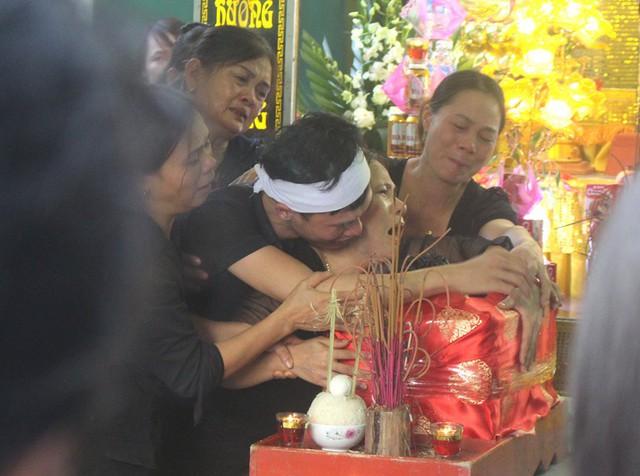 Nhói lòng hình ảnh mẹ nữ sinh lớp 10 ở Hải Dương ôm chặt di cốt con gái trong lễ tang - Ảnh 20.