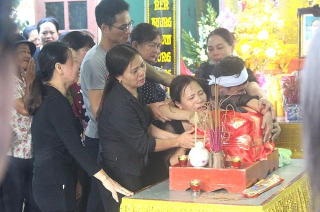 Nhói lòng hình ảnh mẹ nữ sinh lớp 10 ở Hải Dương ôm chặt di cốt con gái trong lễ tang - Ảnh 5.