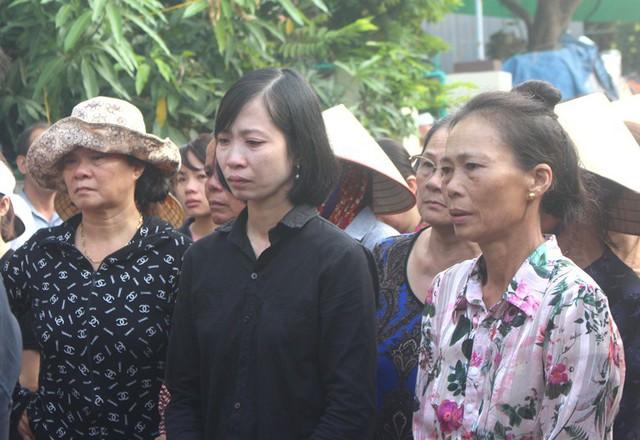 Nhói lòng hình ảnh mẹ nữ sinh lớp 10 ở Hải Dương ôm chặt di cốt con gái trong lễ tang - Ảnh 18.