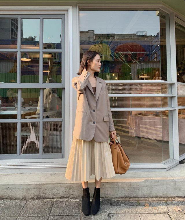 Chân váy midi dễ mặc, nhưng bạn sẽ xinh tươi sành điệu nhất khi áp dụng 4 công thức sau - Ảnh 1.