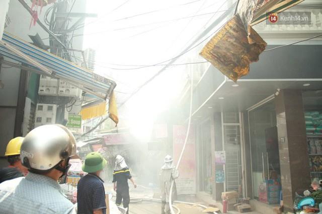 Hà Nội: Cháy lớn tại cửa hàng chăn ga gối đệm, người dân hoảng sợ tháo chạy - Ảnh 12.