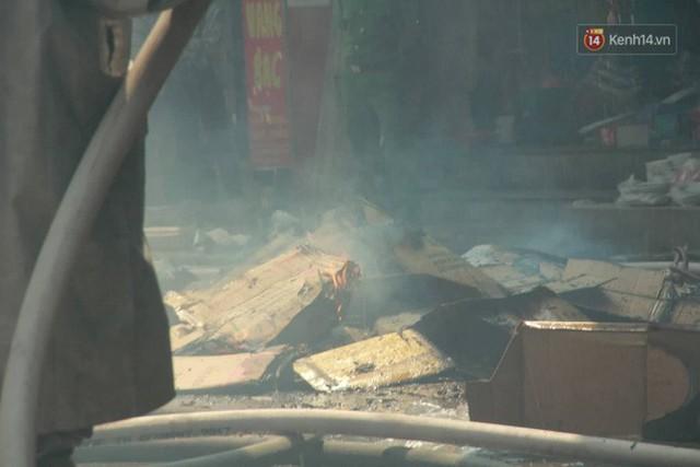 Hà Nội: Cháy lớn tại cửa hàng chăn ga gối đệm, người dân hoảng sợ tháo chạy - Ảnh 13.