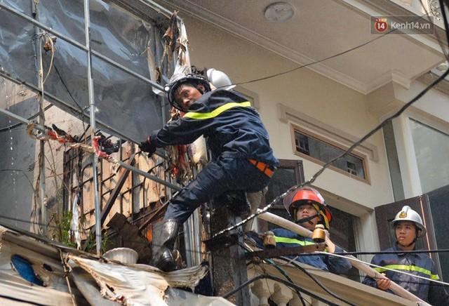 Hà Nội: Cháy lớn tại cửa hàng chăn ga gối đệm, người dân hoảng sợ tháo chạy - Ảnh 3.