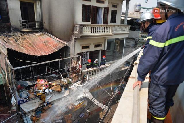 Hà Nội: Cháy lớn tại cửa hàng chăn ga gối đệm, người dân hoảng sợ tháo chạy - Ảnh 4.
