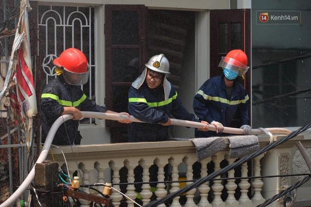 Hà Nội: Cháy lớn tại cửa hàng chăn ga gối đệm, người dân hoảng sợ tháo chạy - Ảnh 7.