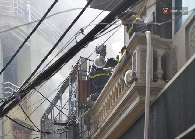 Hà Nội: Cháy lớn tại cửa hàng chăn ga gối đệm, người dân hoảng sợ tháo chạy - Ảnh 8.