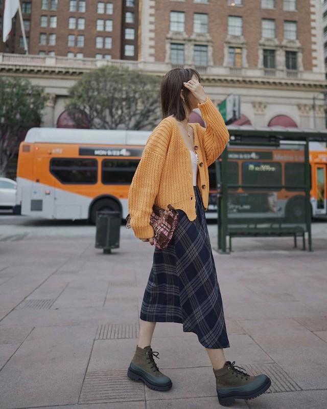 Chân váy midi dễ mặc, nhưng bạn sẽ xinh tươi sành điệu nhất khi áp dụng 4 công thức sau - Ảnh 9.
