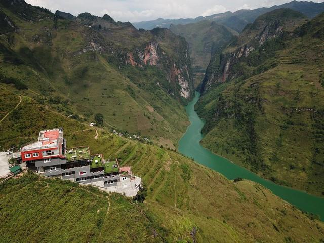 """Panorama """"mọc"""" trên đỉnh Mã Pì Lèng: Sẽ phá dỡ toàn bộ tầng giật cấp nhô ra sông Nho Quế - Ảnh 2."""