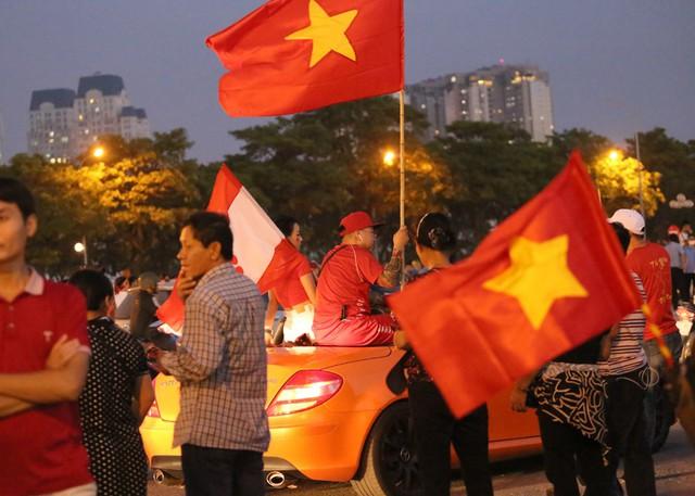 SVĐ Mỹ Đình kẹt cứng người trước trận đấu giữa đội tuyển Việt Nam - Malaysia - Ảnh 1.
