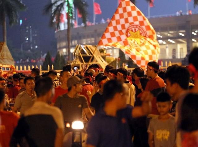 SVĐ Mỹ Đình kẹt cứng người trước trận đấu giữa đội tuyển Việt Nam - Malaysia - Ảnh 3.