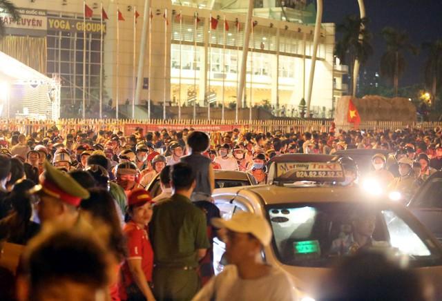 SVĐ Mỹ Đình kẹt cứng người trước trận đấu giữa đội tuyển Việt Nam - Malaysia - Ảnh 12.