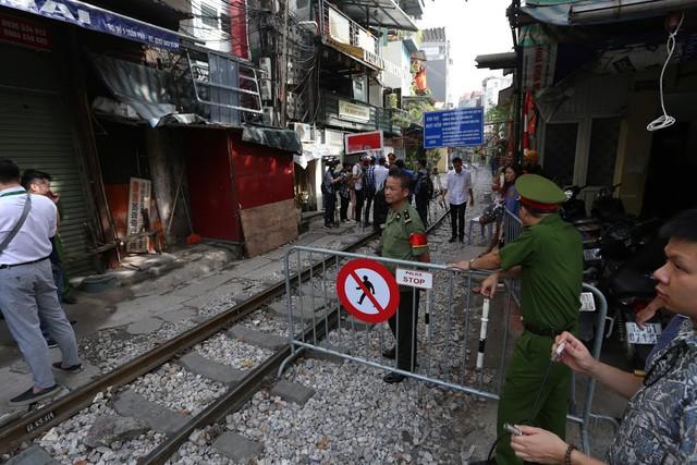 Chùm ảnh: Phố đường tàu Phùng Hưng vắng tanh sau khi cơ quan chức năng vào cuộc - Ảnh 6.