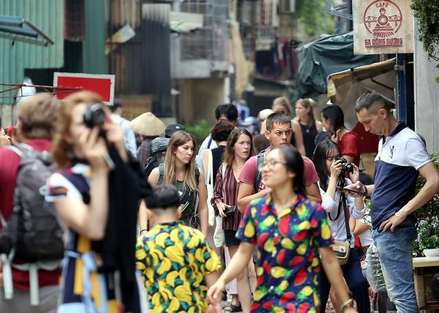 Chùm ảnh: Phố đường tàu Phùng Hưng vắng tanh sau khi cơ quan chức năng vào cuộc - Ảnh 2.