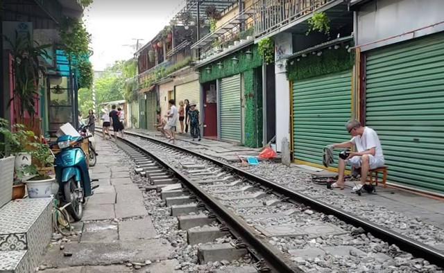 Chùm ảnh: Phố đường tàu Phùng Hưng vắng tanh sau khi cơ quan chức năng vào cuộc - Ảnh 7.