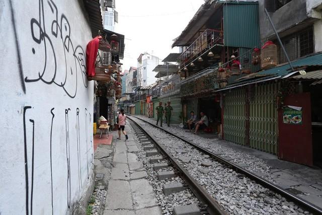Chùm ảnh: Phố đường tàu Phùng Hưng vắng tanh sau khi cơ quan chức năng vào cuộc - Ảnh 9.