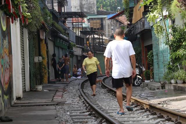 Chùm ảnh: Phố đường tàu Phùng Hưng vắng tanh sau khi cơ quan chức năng vào cuộc - Ảnh 12.