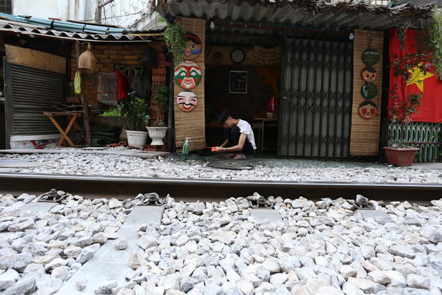 Chùm ảnh: Phố đường tàu Phùng Hưng vắng tanh sau khi cơ quan chức năng vào cuộc - Ảnh 13.