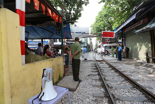 Chùm ảnh: Phố đường tàu Phùng Hưng vắng tanh sau khi cơ quan chức năng vào cuộc - Ảnh 14.