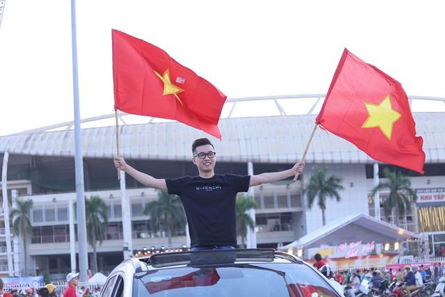 Chảo lửa Mỹ Đình đỏ rực trước trận Việt Nam - Malaysia - Ảnh 1.