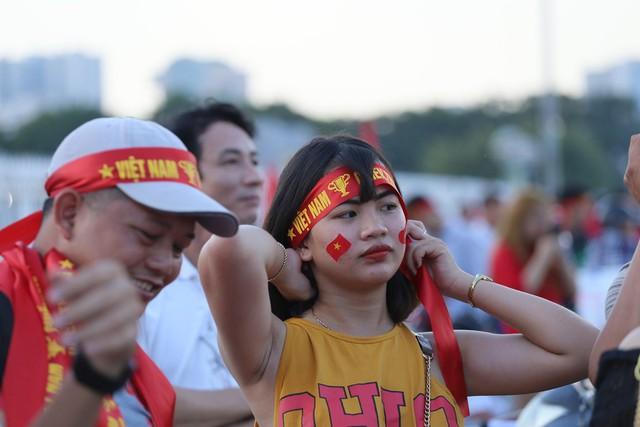 Chảo lửa Mỹ Đình đỏ rực trước trận Việt Nam - Malaysia - Ảnh 4.