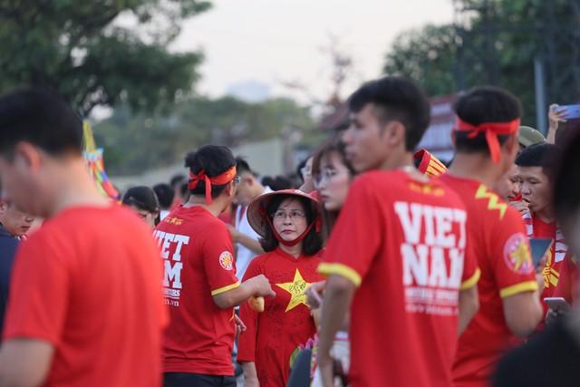Chảo lửa Mỹ Đình đỏ rực trước trận Việt Nam - Malaysia - Ảnh 10.