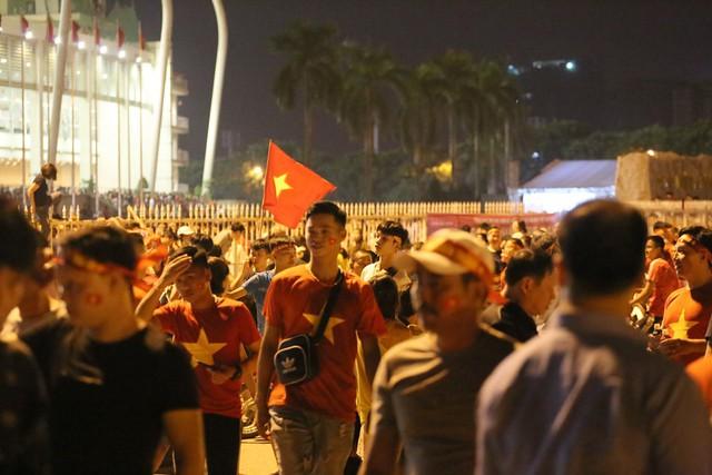 Mới đá vòng loại, CĐV vẫn đổ ra đường mừng chiến thắng của tuyển Việt Nam như thể đã được dự World Cup - Ảnh 1.