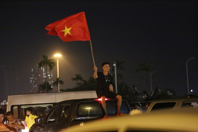 Mới đá vòng loại, CĐV vẫn đổ ra đường mừng chiến thắng của tuyển Việt Nam như thể đã được dự World Cup - Ảnh 2.
