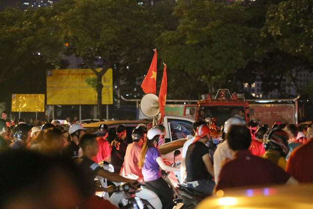 Mới đá vòng loại, CĐV vẫn đổ ra đường mừng chiến thắng của tuyển Việt Nam như thể đã được dự World Cup - Ảnh 3.