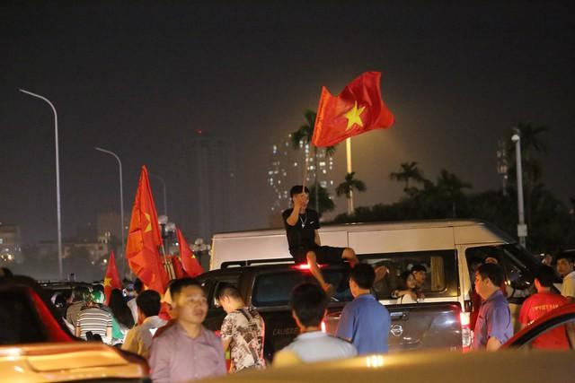 Mới đá vòng loại, CĐV vẫn đổ ra đường mừng chiến thắng của tuyển Việt Nam như thể đã được dự World Cup - Ảnh 4.