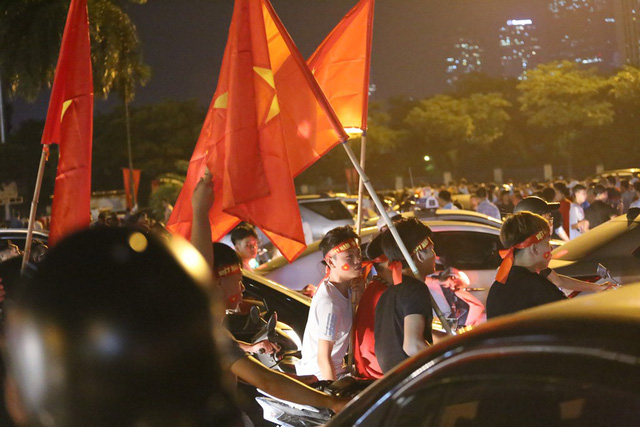 Mới đá vòng loại, CĐV vẫn đổ ra đường mừng chiến thắng của tuyển Việt Nam như thể đã được dự World Cup - Ảnh 6.