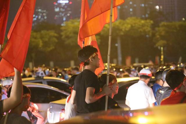 Mới đá vòng loại, CĐV vẫn đổ ra đường mừng chiến thắng của tuyển Việt Nam như thể đã được dự World Cup - Ảnh 7.