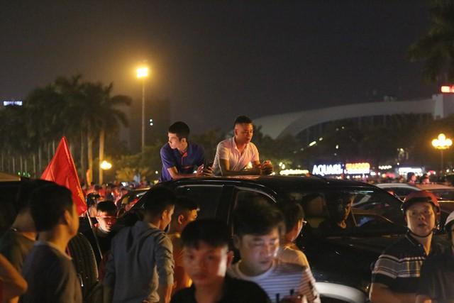 Mới đá vòng loại, CĐV vẫn đổ ra đường mừng chiến thắng của tuyển Việt Nam như thể đã được dự World Cup - Ảnh 8.