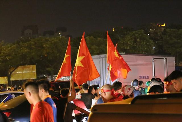 Mới đá vòng loại, CĐV vẫn đổ ra đường mừng chiến thắng của tuyển Việt Nam như thể đã được dự World Cup - Ảnh 9.