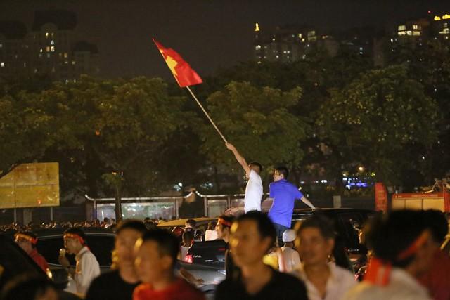 Mới đá vòng loại, CĐV vẫn đổ ra đường mừng chiến thắng của tuyển Việt Nam như thể đã được dự World Cup - Ảnh 10.